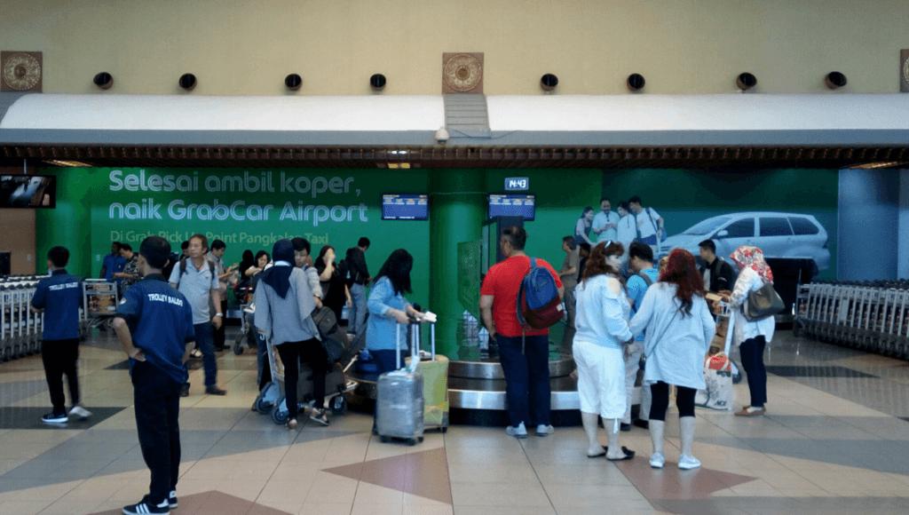 Iklan GrabCar Airport di ruang bagasi Bandara SMB II Palembang