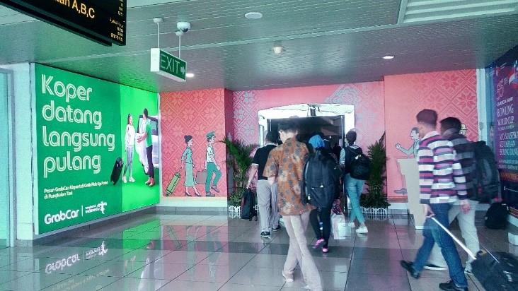 Iklan GrabCar Airport di Exit Kedatangan Domestik Bandara SMB II Palembang