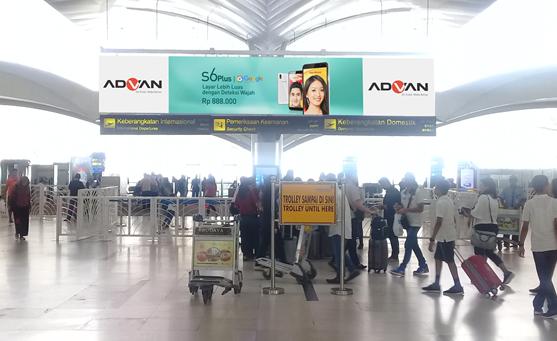 Kampanye Endorsement Selebriti Verrel x Natasha, ADVAN, Keberangkatan Internasional, Bandara Kualanamu Medan