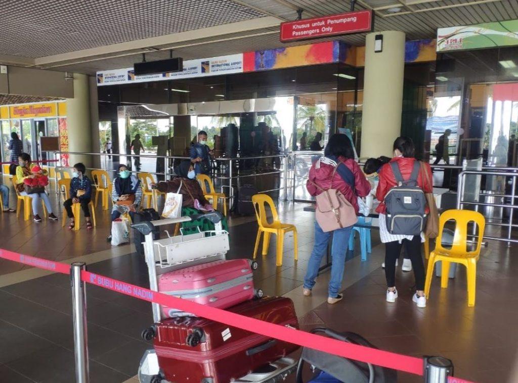 Suasana Pintu Masuk Utama Keberangkatan dalam Penerapan Protokol Kesehatan New Normal di Bandara Internasional Hang Nadim Batam