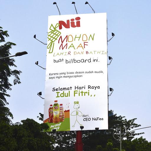 Billboard NUTea yang out of the box dan lucu di momen Idul Fitri. Sumber: LINE Indonesia