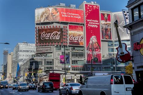 Iklan Billboard Coca Cola Spesial Natal dan Tahun Baru di Dundas Square. Sumber: Daily DOOH