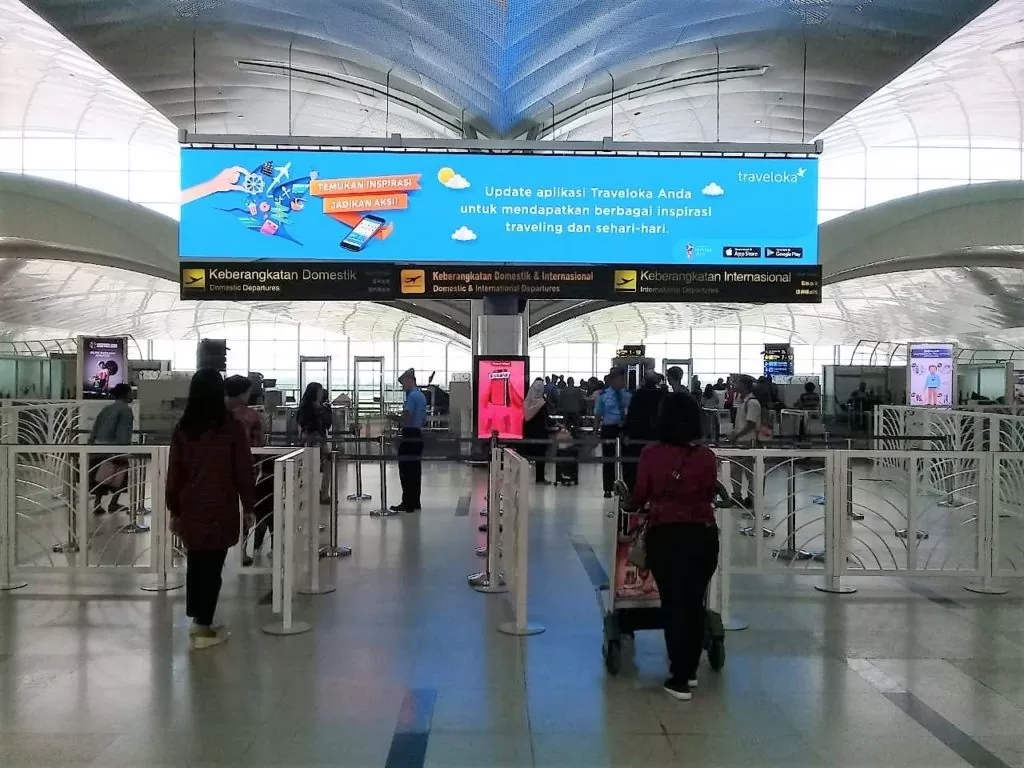 Iklan LED Screen Traveloka di Bandara Internasional Kualanamu Medan