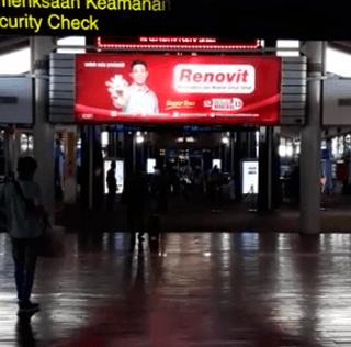 Iklan Kreatif di Bandara Soekarno Hatta untuk Renovit Multivitamin