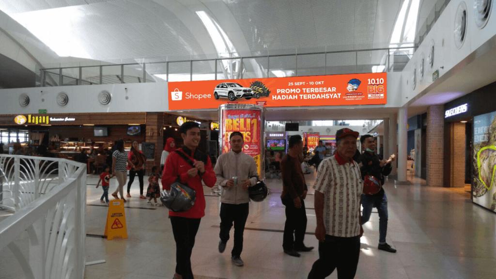 Lightbox Kampanye Harbolnas 10.10 Shopee di Bandara Kualanamu Medan