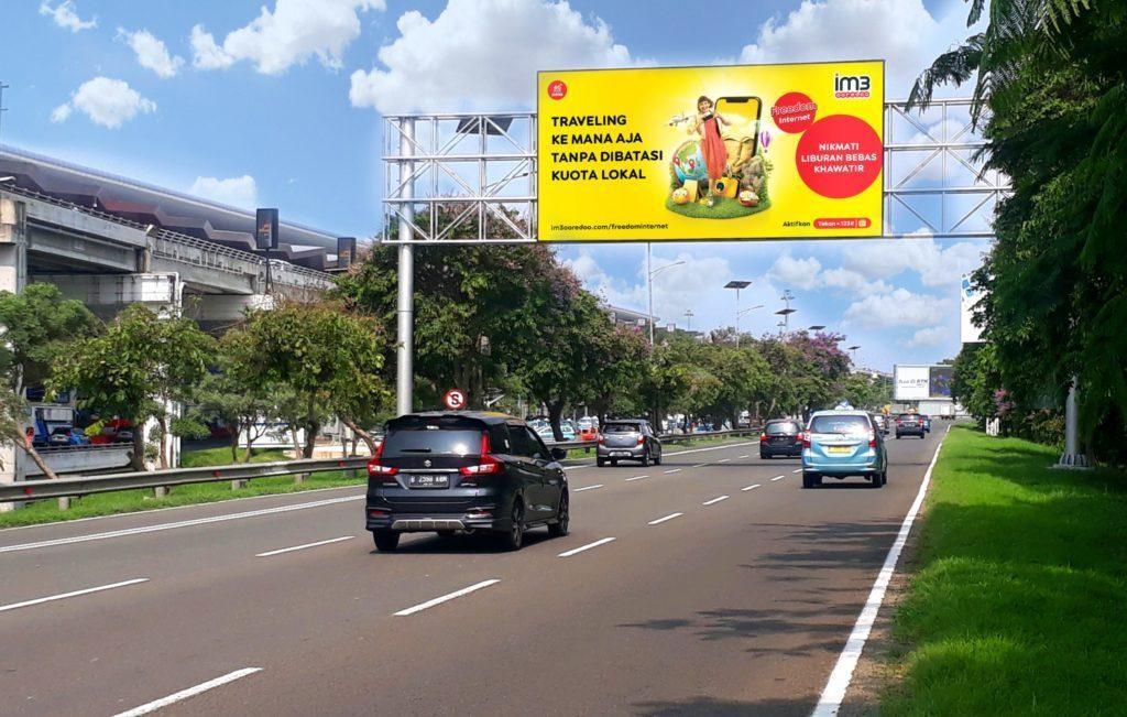Billboard Iklan Indosat di Service Road – Bandara Internasional Soekarno Hatta