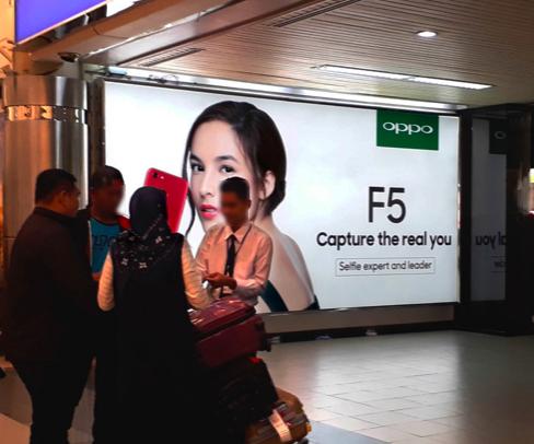Wall Lightbox Oppo di area kedatangan Bandara Internasional Hang Nadim Batam